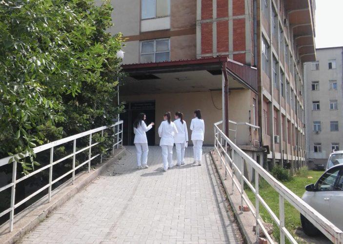 Гостиварец нападнал медицинско лице во општата болница откако мајка му починала