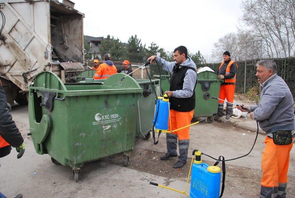 Комунална хигиена ги дезинфицира контејнерите во Скопје