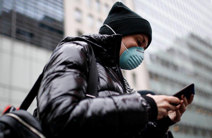 Корона вирусот може да преживее на мобилниот телефон и до девет дена, вака може да го исчистите