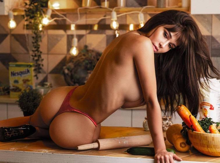 (ФОТО +16) Руска манекенка бара партнер што ќе се изолира со неа во карантин