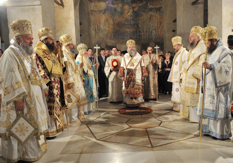 Во црквите само по пет верници, велигденска литургија на ТВ и Јутјуб