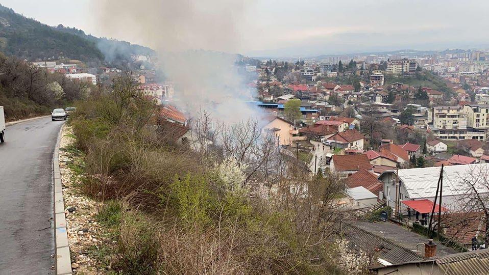 Се запали куќа во Кисела Вода, пожарот локализиран