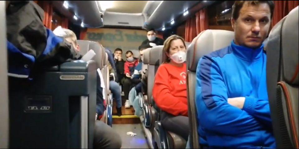 Скандал: Патници гладни и жедни ги држат заглавени во автобус на аеродромот, додека чекаат да ги однесат во карантин