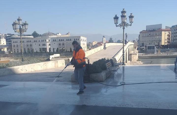 Комуналец низ општините: Се дезинфицира плоштадот Македонија, Камениот мост, булеварите и улиците