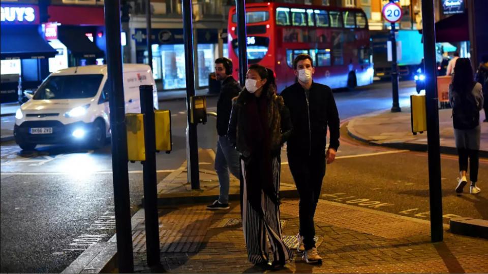 Англија ќе се бори со Ковид-19 како со тероризам: Воведува апликација за предупредување на граѓаните
