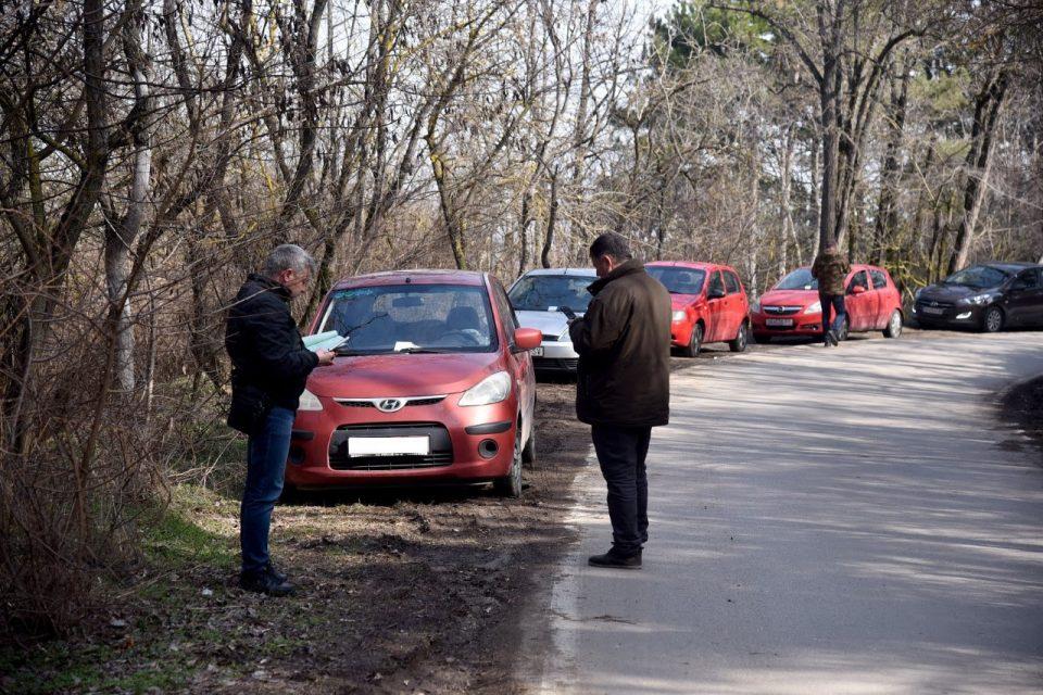 За паркирање во зеленилото на Водно, комуналните редари изречиле 57 казни