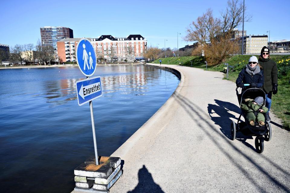 Данска ги заострува рестриктивните мерки поради голем број на новозаразени со коронавирус