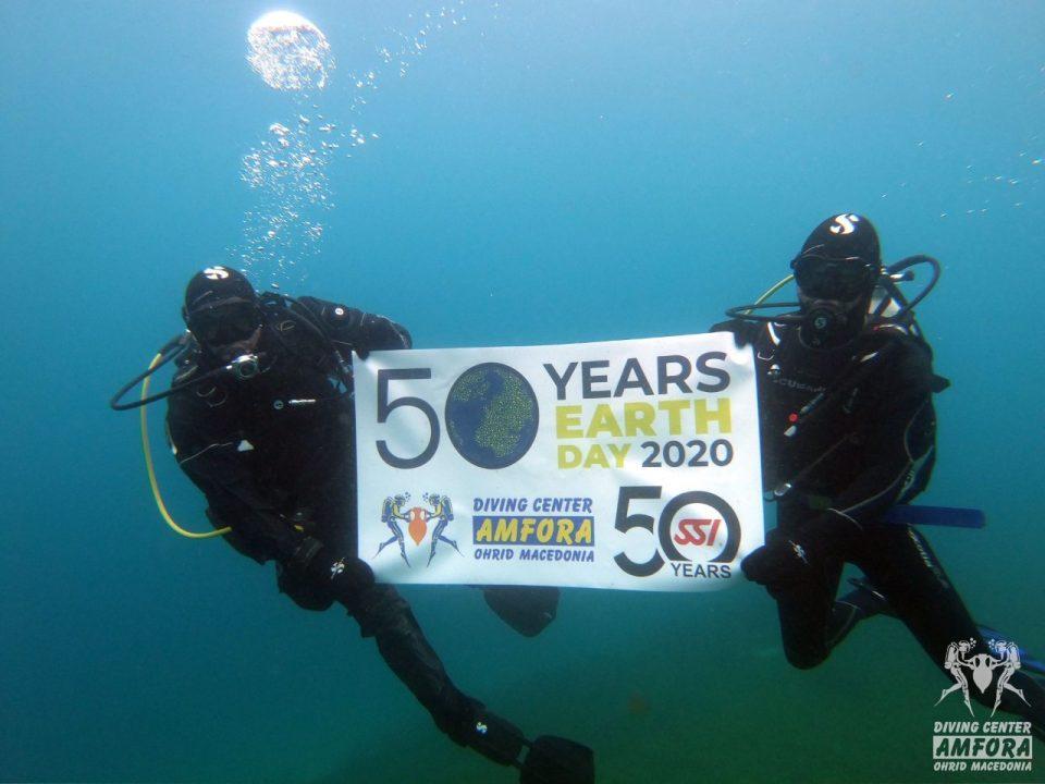 На Денот на планетата Земја нуркачи го чистеа дното на езерото кај Музејот на вода