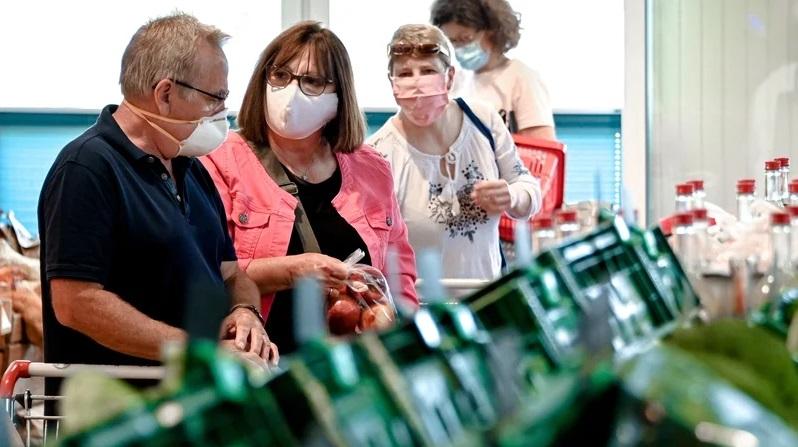 Дезинфекција, маски, ракавици, чекање ред за влез во продавница: Мерките ќе важат уште половина година