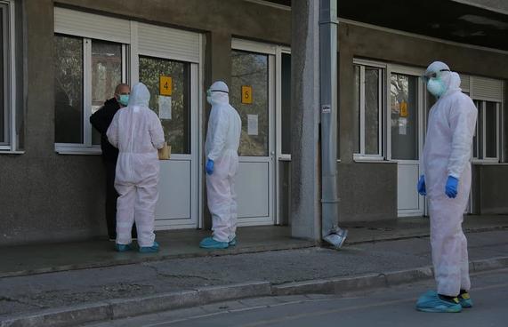 Србија пред колапс: Бо болниците во Белград нема место за заразени со коронавирус