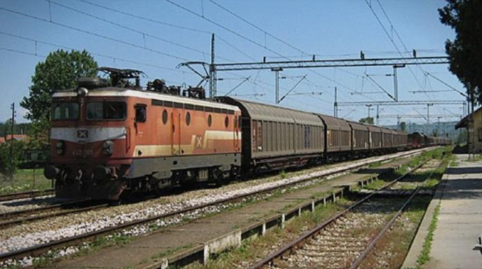 Товарен воз се излизга од пругата откако претходно удрил во одрон од камења
