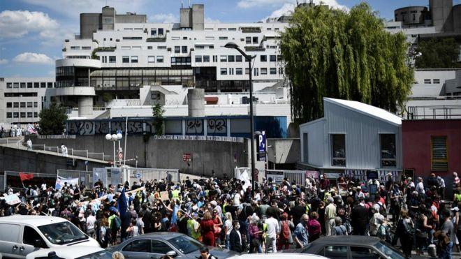 (ВИДЕО) Здравствени работници казнети заради протест пред болница во Париз