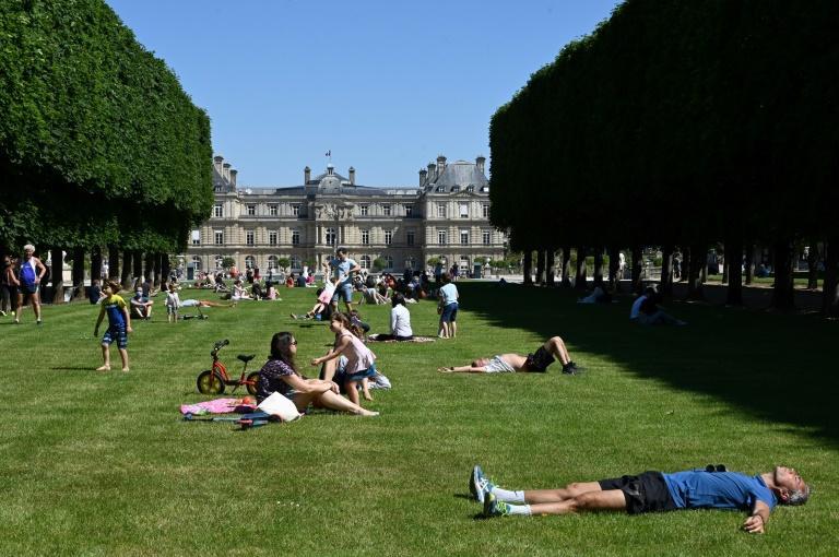 Парковите во Париз отворени после два месеци