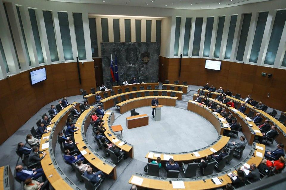 Поради протести, полицијата го огради словенечкото Собрание