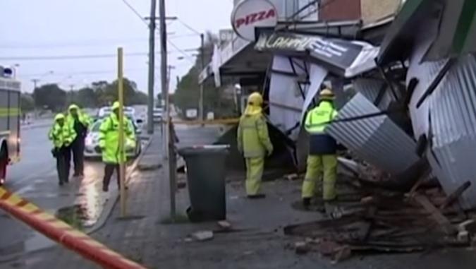 Силна бура во Австралија: Илјадници домови без струја, оштетени згради, искорнати дрвја