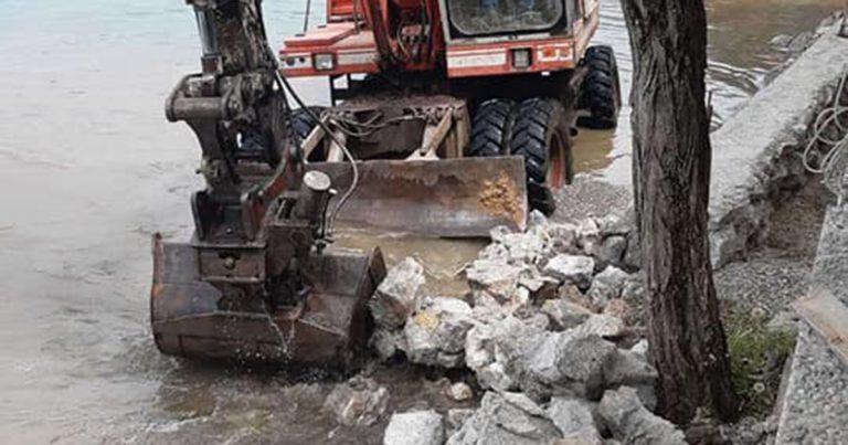 (ФОТО) Се руши нелегалниот ѕид на плажата Градиште