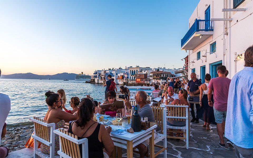 Мицотакис нуди поевтини билети и пијалоци за туристите што ќе летуваат во Грција