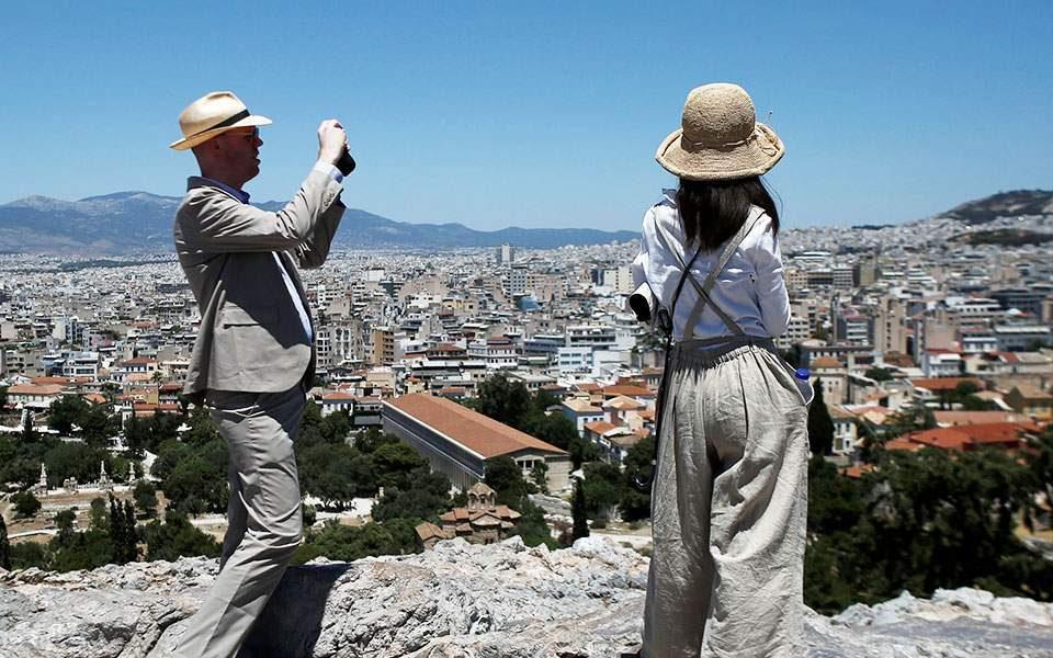 Загриженост во Грција: 10 од 23 нови случаи на Ковид-19 се туристи