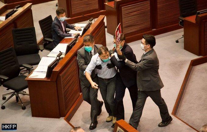 (ВИДЕО) Тепачка на пратениците во Хонг Конг, Итната помош ги вадеше повредените