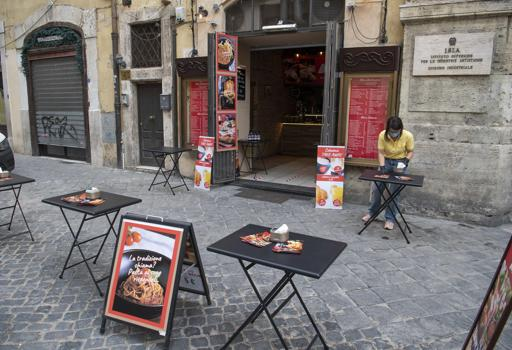 Франција на 2 јуни ги отвора угостителските објекти: Дигитални менија и на една маса по максимум 10 луѓе