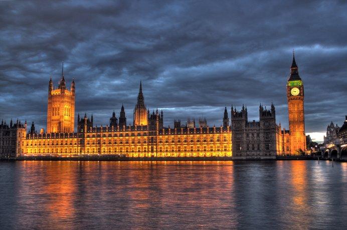 Поранешен британски министер и пратеник обвинет за силување на соработничка