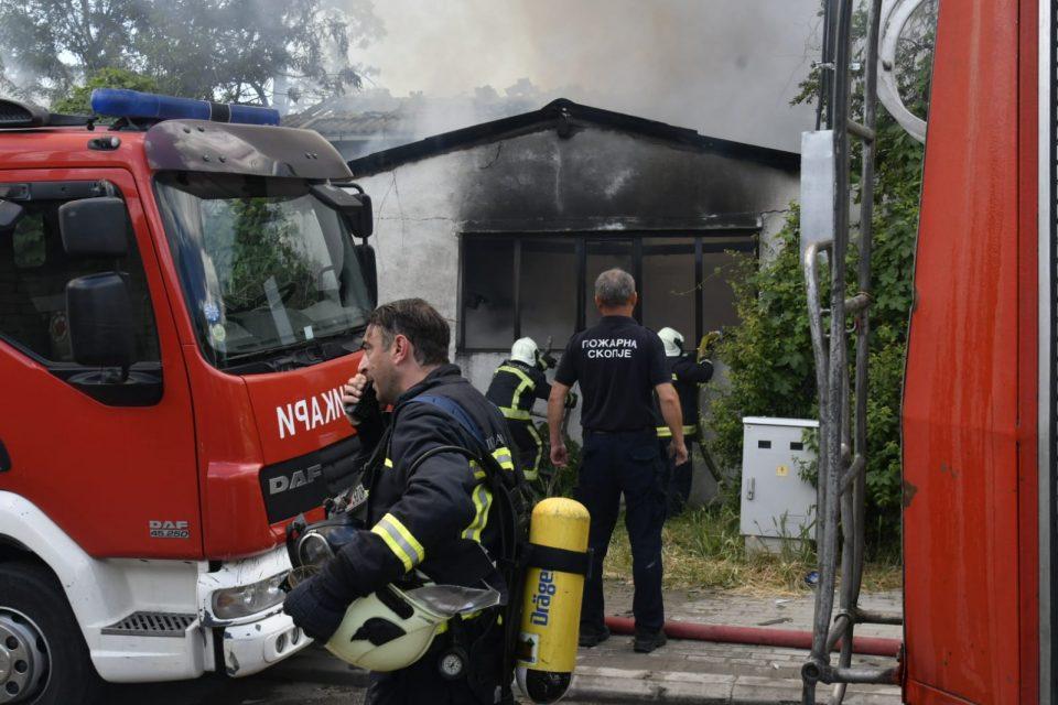 (ВИДЕО) Изгоре магацин за резервни автоделови во Радишани: Нема повредени