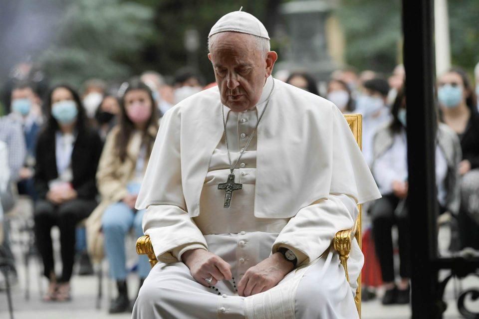Папaта Франциск ги повика светските лидери парите наместо за оружје да ги дадат за борба против Ковид