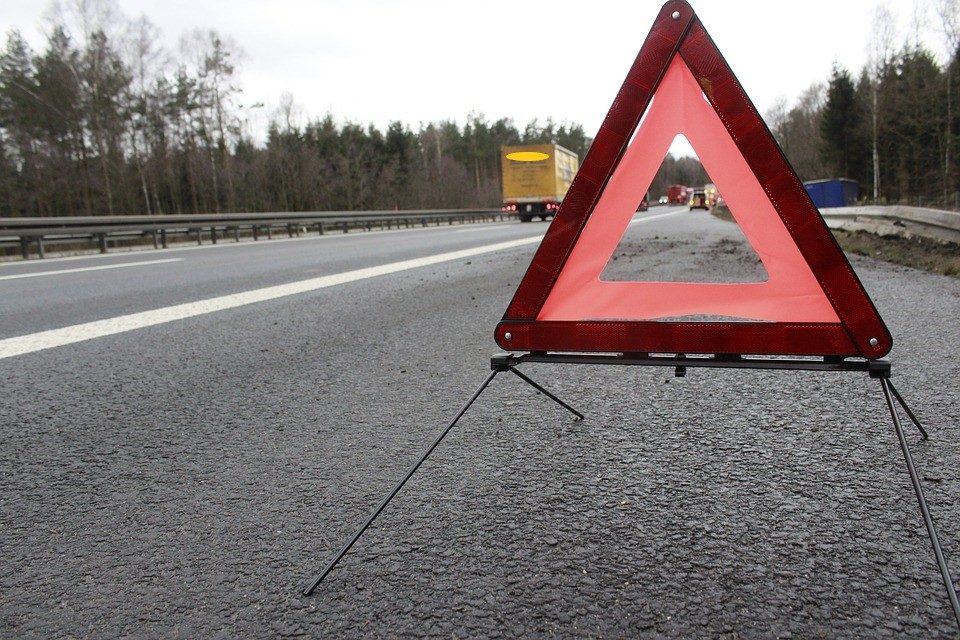 Автомобил излетал од патот кон Козјак, сопатникот тешко повреден