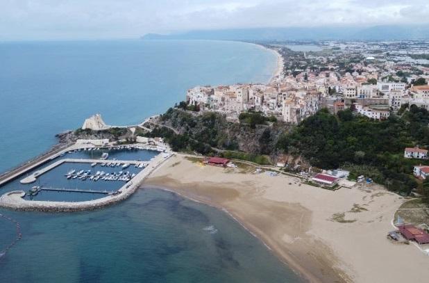 Италија ги отвора плажите, чадорите ќе бидат оддалечени на 5 метри