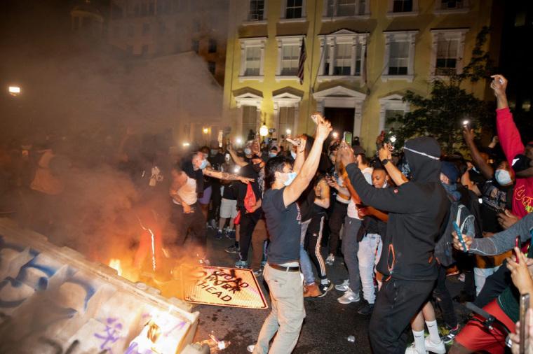 (ВИДЕО) Демонстранти запалија 200 години стара црква во близина на Белата куќа
