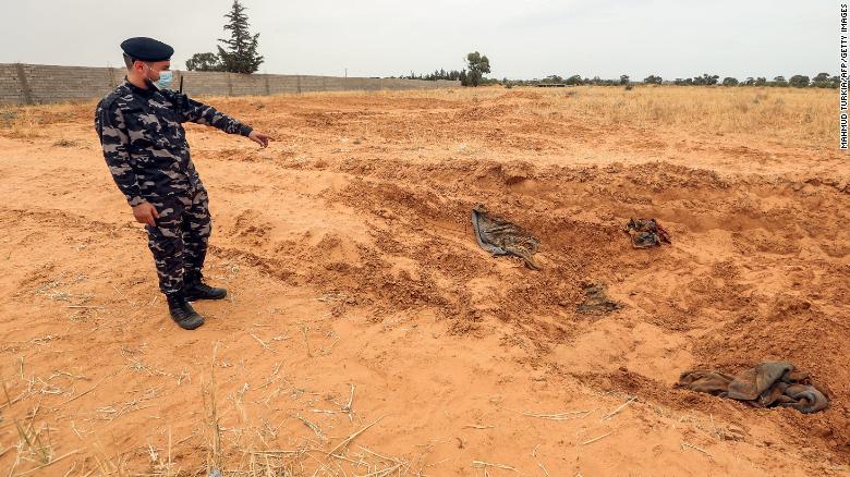 ОН велат дека најмалку осум масовни гробници се откриени во Либија