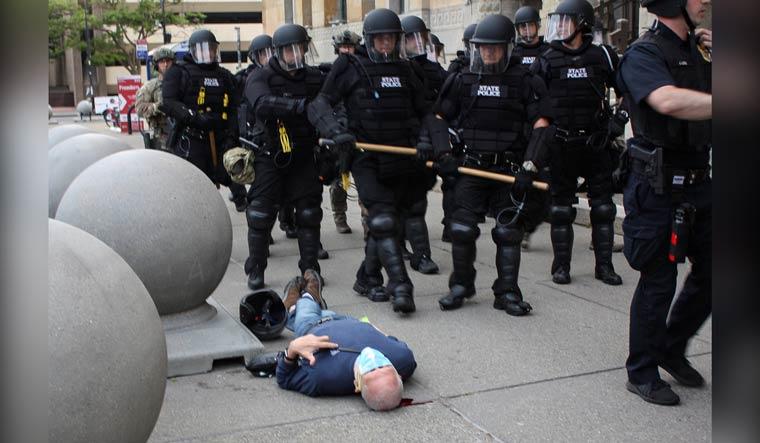 Откако беше турнат старец на земја 57 полицајци дадоа отказ