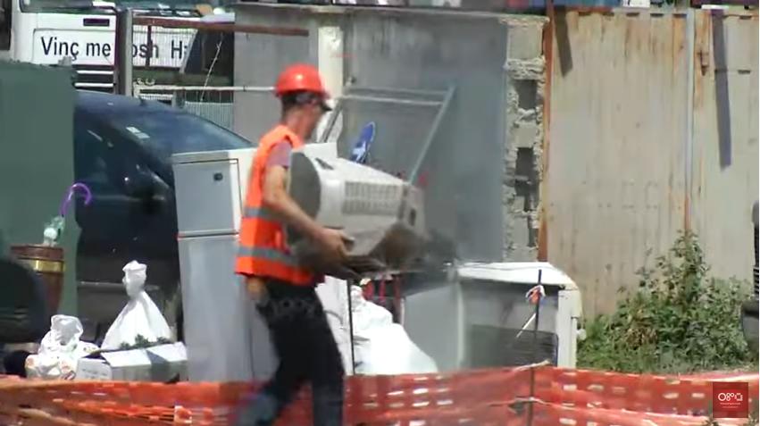 (ВИДЕО) Синот на Енвер Хоџа исфрлен на улица