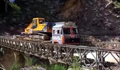 (ВИДЕО) Камион натоварен со багер урнал мост во Индија