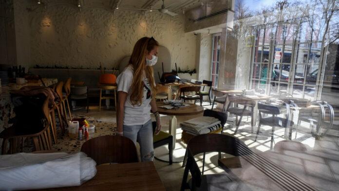 Во Грција се отвораат внатрешните делови на угостителските објекти