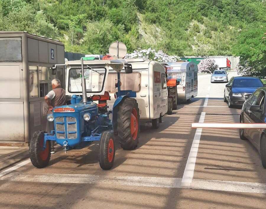 Австриски туристи со трактори на летување во Црна Гора