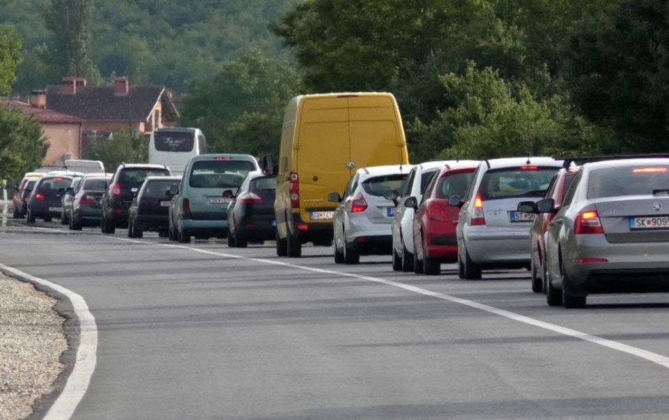 Во обид да го избегнат полицискиот час: Над 10 илјади автомобили поминале низ патарините