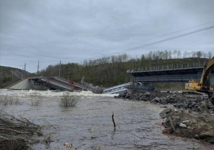 (ВИДЕО) Во Русија се урна железнички мост