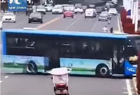 (ВИДЕО) Автобус полн со патници излета преку мост и заврши во езеро – најмалку 20 загинати