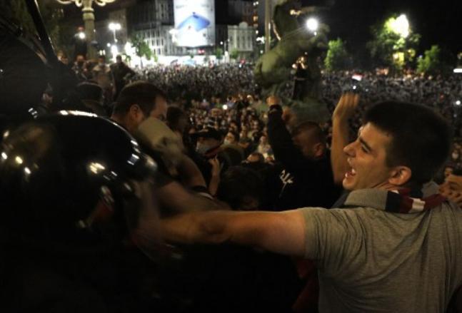 Враќањето на рестриктивните мерки донесе тешка ноќ во Белград: Повредени најмалку 20 лица
