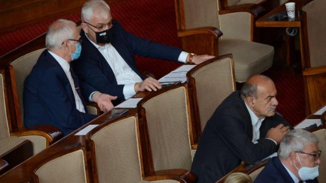 По 300 лева казни за 24 бугарски пратеници поради неносење заштитна маска