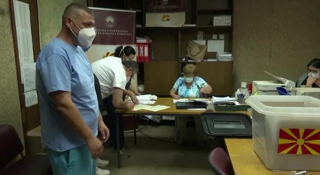 Во Прилеп денеска гласаат 29 заболени и граѓани во изолација