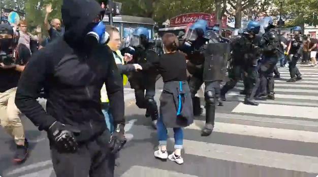 Судири меѓу демонстрантите и полицијата во Париз
