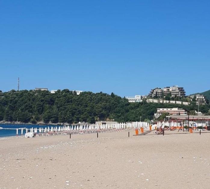 Плажите во Црна Гора зјаат празни