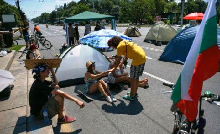 Демонстрантите во шатори ја продолжуваат блокадата на центарот на Софија