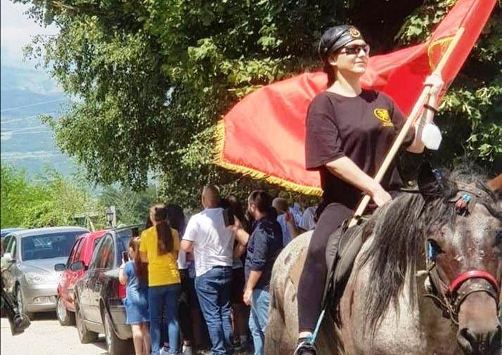 (ВИДЕО) Рашела Мизрахи се качи на коњ – ја предводи коњаницата која оди кон Мечкин Камен