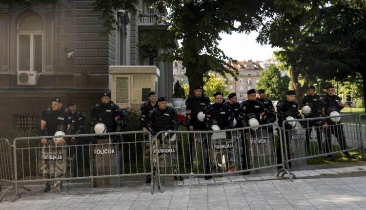 Силни полициски сили ја чуваат зградата на српското Собрание