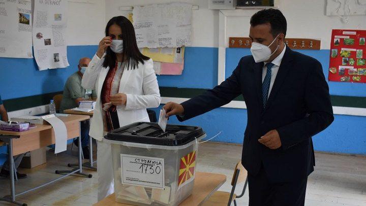 Заев заедно со сопругата Зорица гласаа во Струмица
