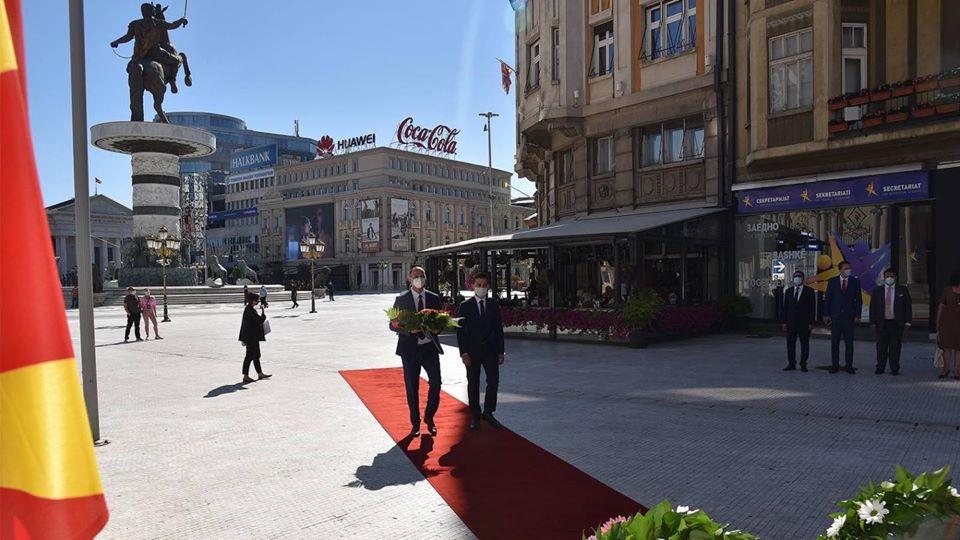 Мисајловски и Муцунски положија цвеќе пред споменикот на Методија Андонов Ченто