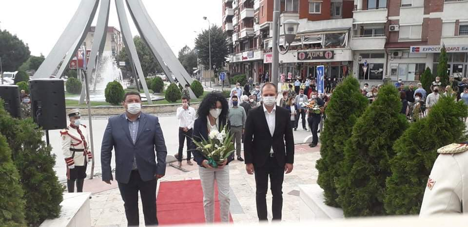 Делегација на ВМРО-ДПМНЕ во Прилеп положи свежо цвеќе на споменикот во чест на загинатите војници кај Карпалак